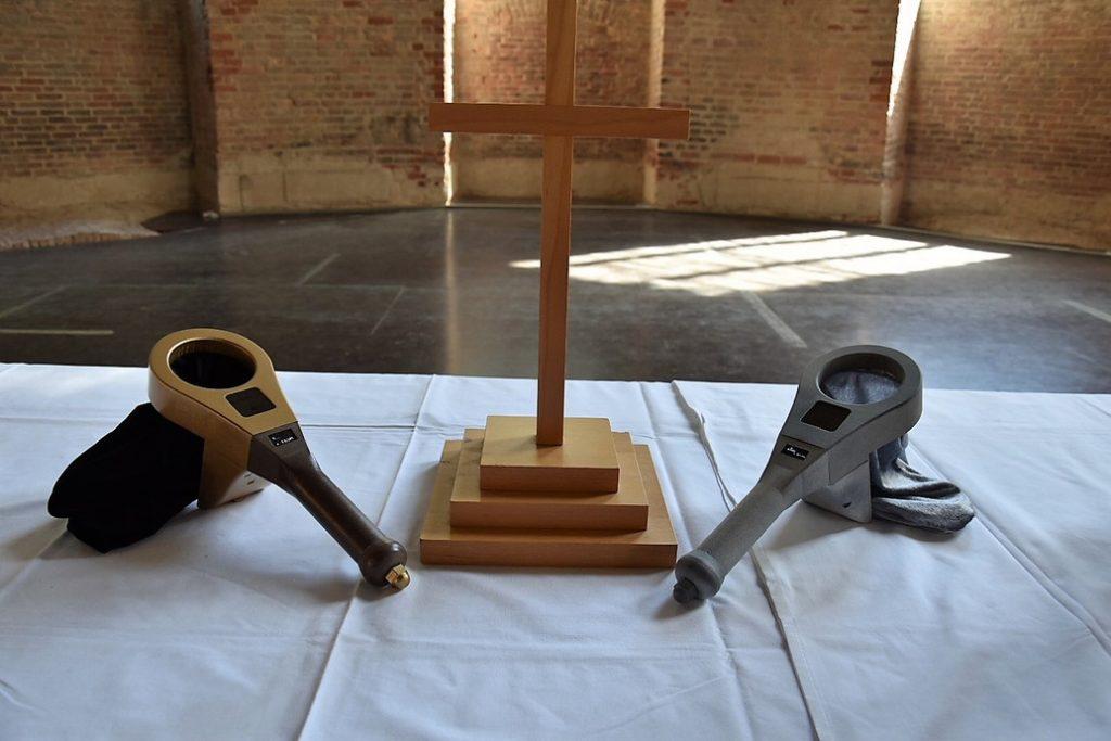zwei Digitale Klingelbeutel auf dem Altar der Parochialkirche
