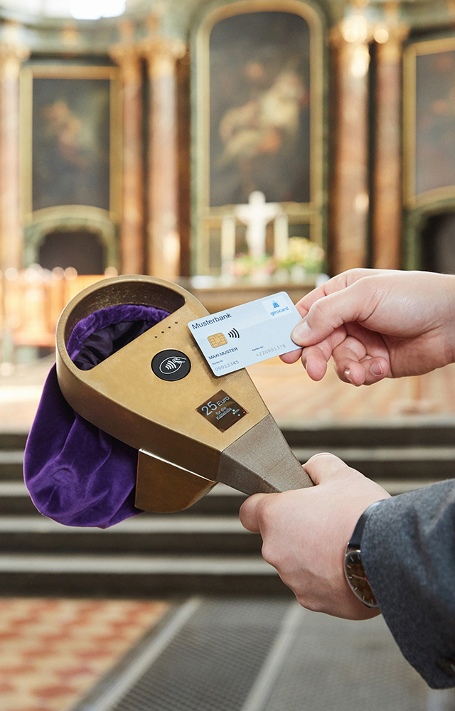 Digitaler Klingelbeutel beim Einsatz in der Kirche St. Marienkirche in Berlin